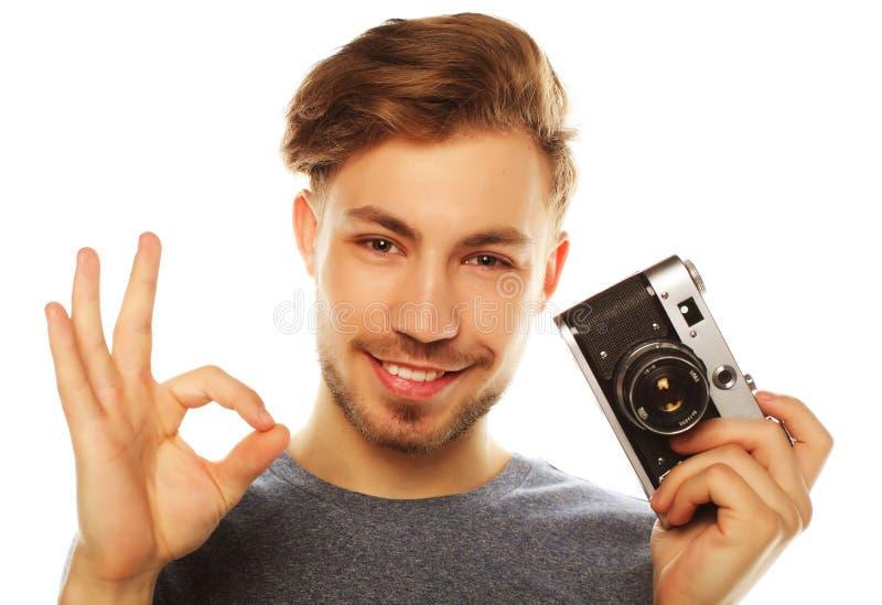 Hombre joven con la cámara Aislado sobre el fondo blanco foto de archivo