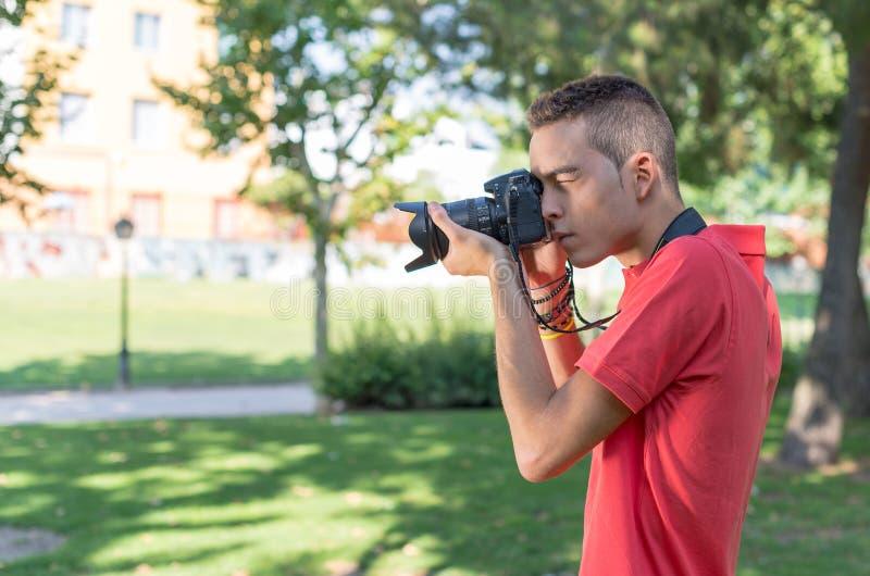 Hombre joven con la cámara de la foto foto de archivo libre de regalías