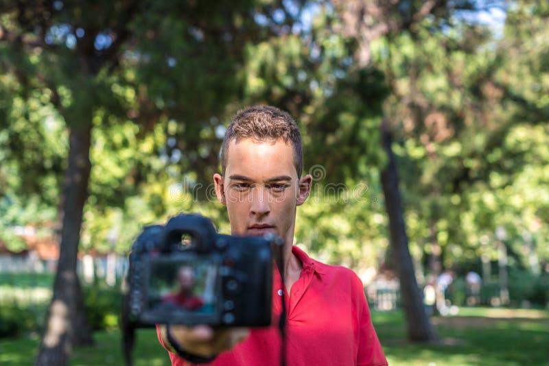 Hombre joven con la cámara de la foto imágenes de archivo libres de regalías