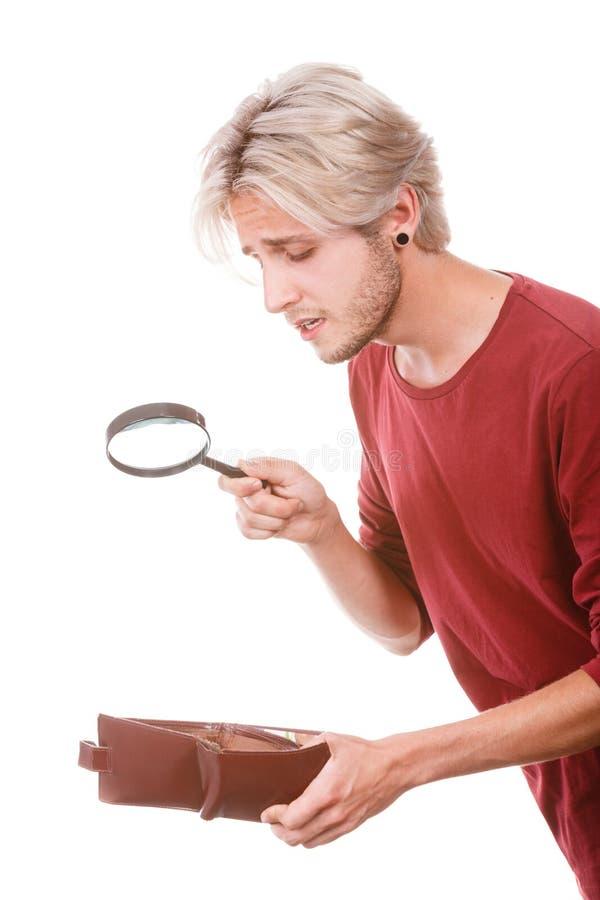 Hombre joven con la cartera vacía foto de archivo libre de regalías