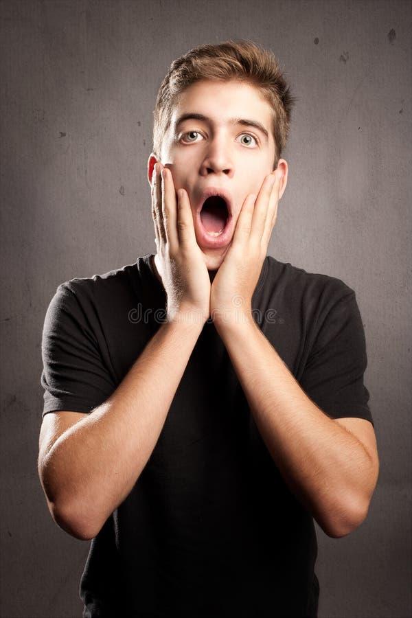 Hombre joven con la expresión de la sorpresa imágenes de archivo libres de regalías