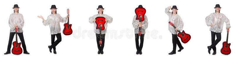 Hombre joven con la guitarra aislada en blanco fotos de archivo libres de regalías
