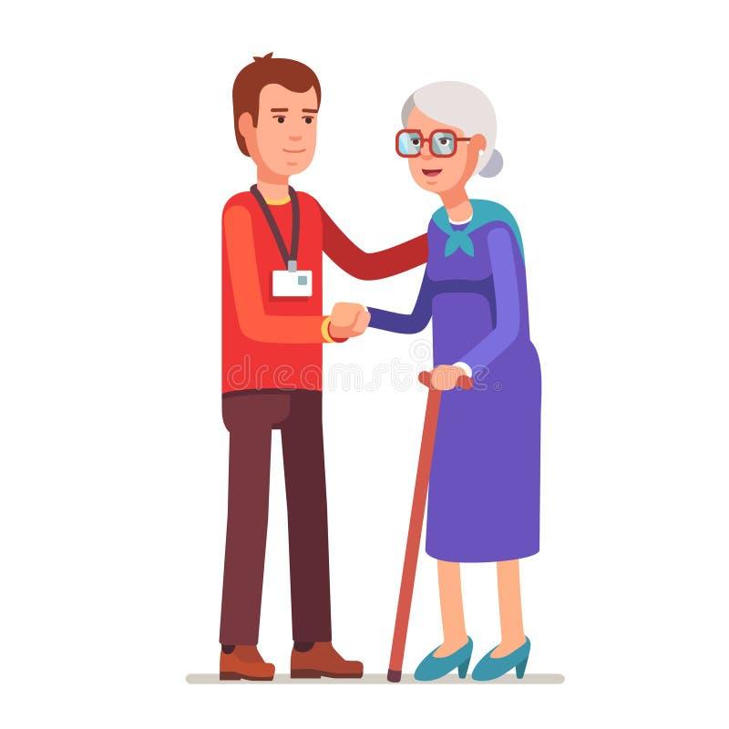 Hombre joven con la insignia que ayuda a una señora mayor