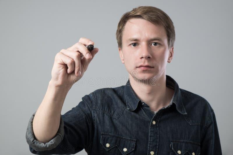 Hombre joven con la pluma fotos de archivo