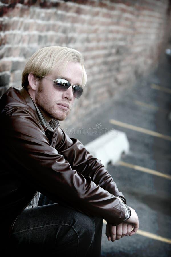 Hombre joven con las gafas de sol fotos de archivo