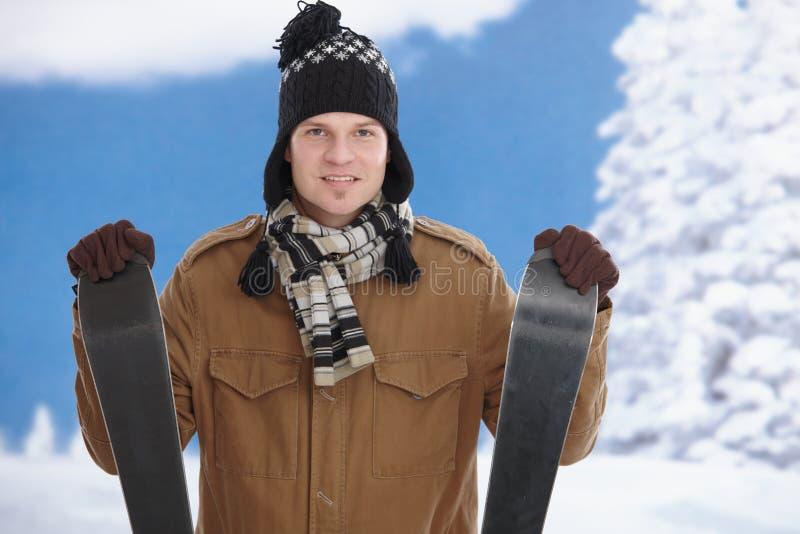 Hombre joven con los esquís fotos de archivo libres de regalías