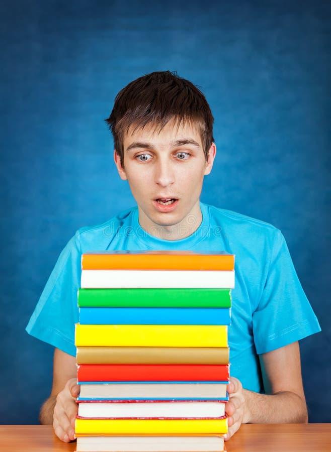 Hombre joven con los libros imagen de archivo