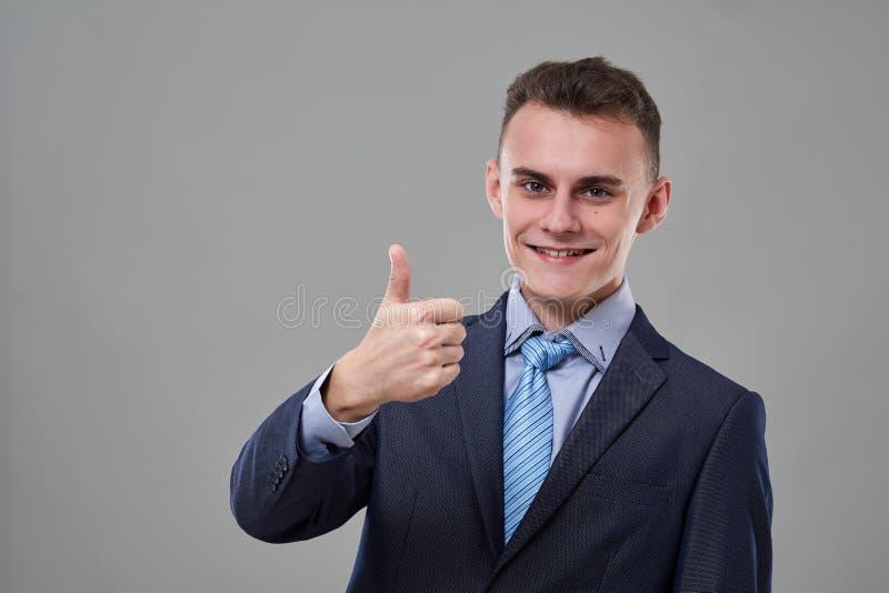 Hombre joven con los pulgares para arriba fotografía de archivo