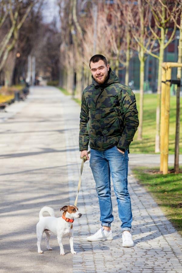 Hombre joven con su perro, Jack Russell Terrier fotos de archivo libres de regalías