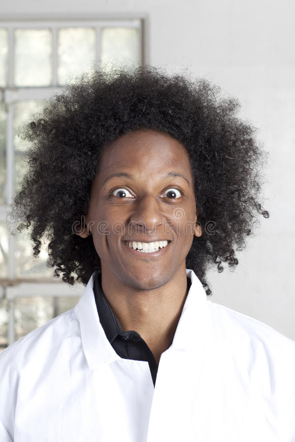 Hombre joven con un Afro que hace caras foto de archivo