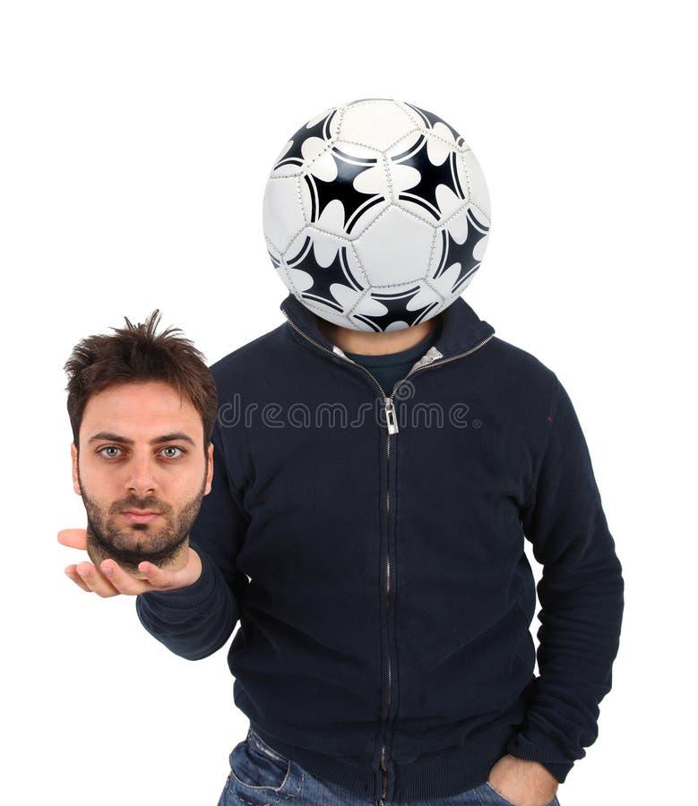 Hombre joven con un balón de fútbol en vez de la cabeza imágenes de archivo libres de regalías