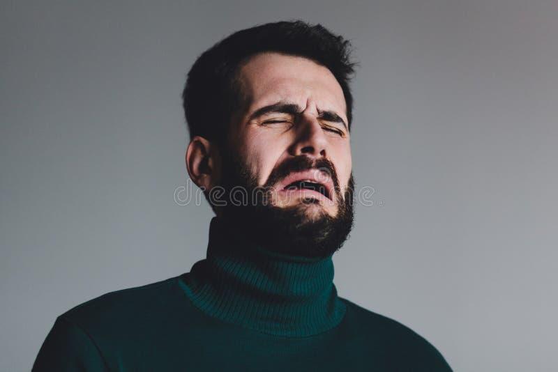 Hombre joven con un griterío del problema fotografía de archivo libre de regalías