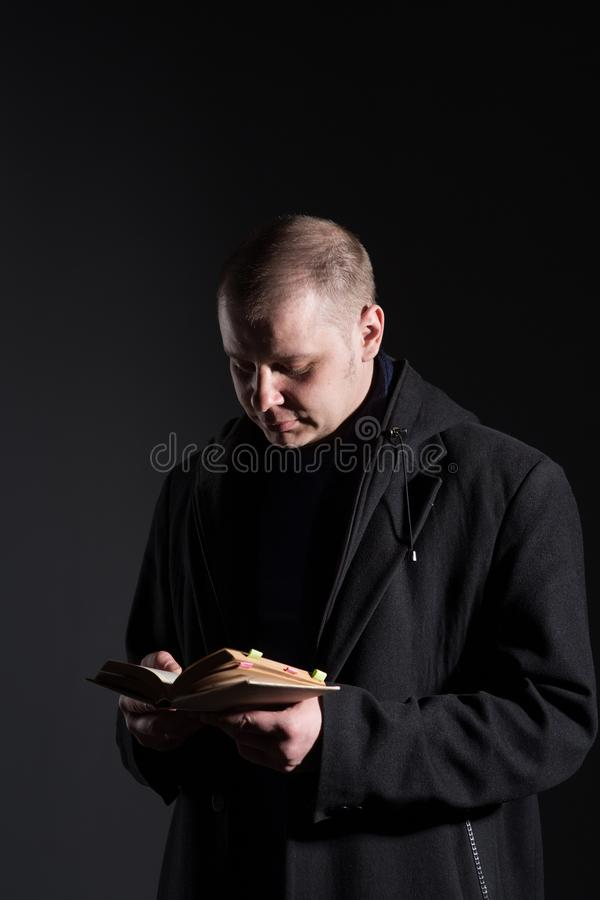 Hombre joven con un libro imagenes de archivo
