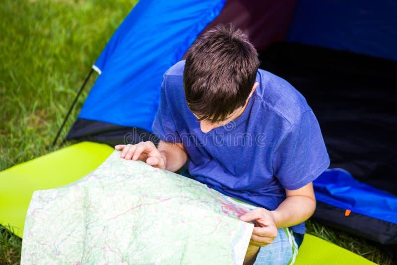 Hombre joven con un mapa foto de archivo