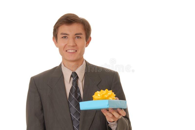 Hombre joven con un regalo imágenes de archivo libres de regalías