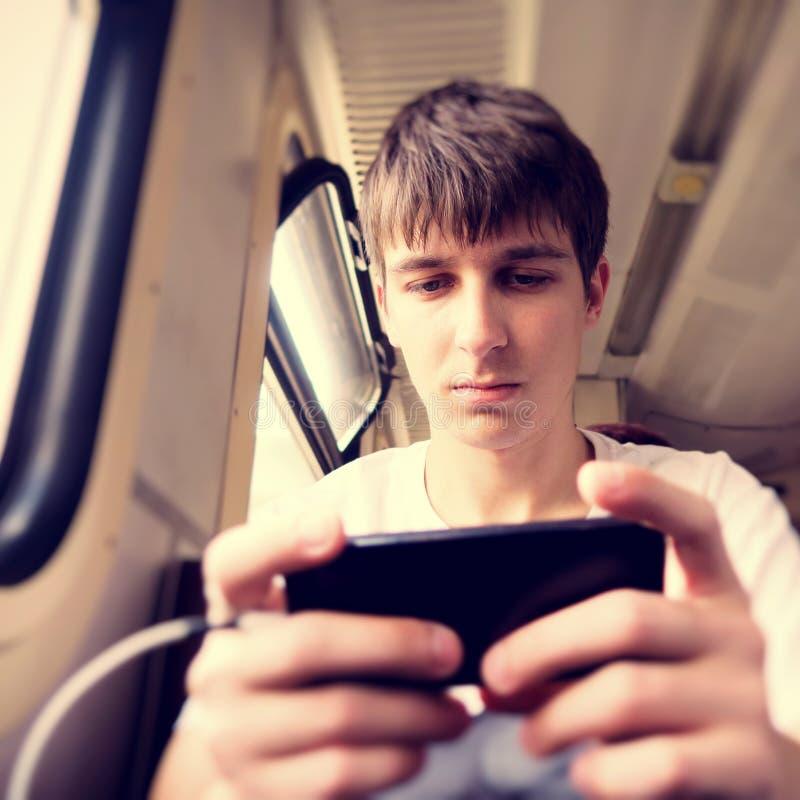 Hombre joven con un tel?fono fotos de archivo libres de regalías