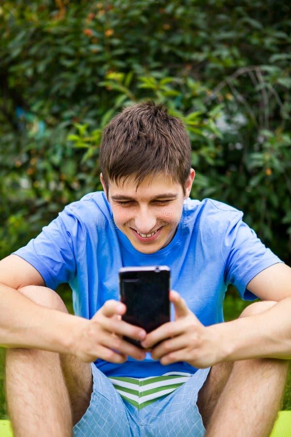 Hombre joven con un tel?fono imagen de archivo libre de regalías
