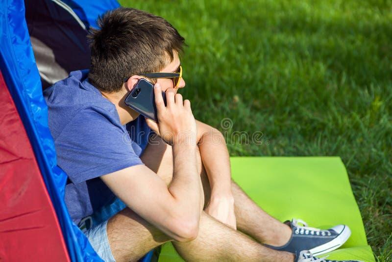Hombre joven con un tel?fono fotografía de archivo