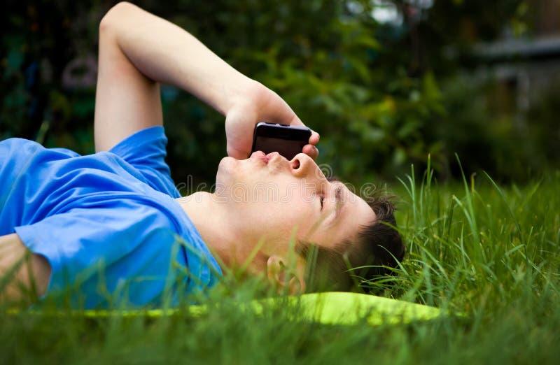 Hombre joven con un tel?fono foto de archivo libre de regalías