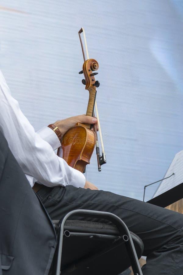 Hombre joven con un violín fotografía de archivo libre de regalías