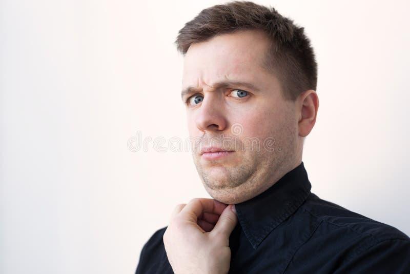 Hombre joven con una barbilla doble en camiseta negra fotografía de archivo libre de regalías