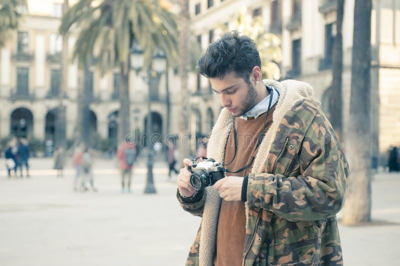 Hombre joven con una cámara fotografía de archivo