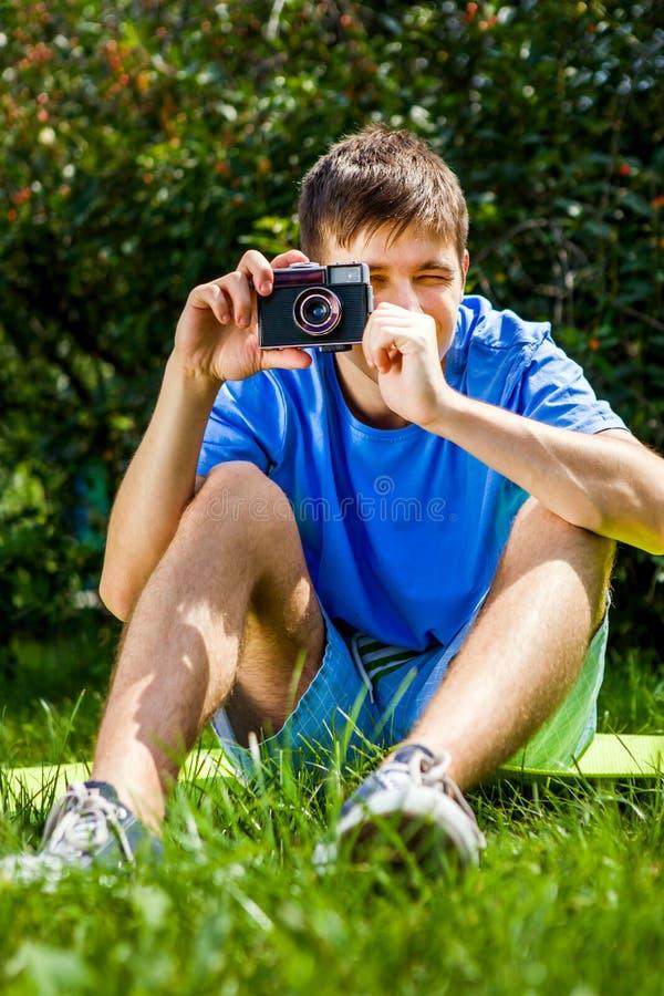 Hombre joven con una cámara foto de archivo