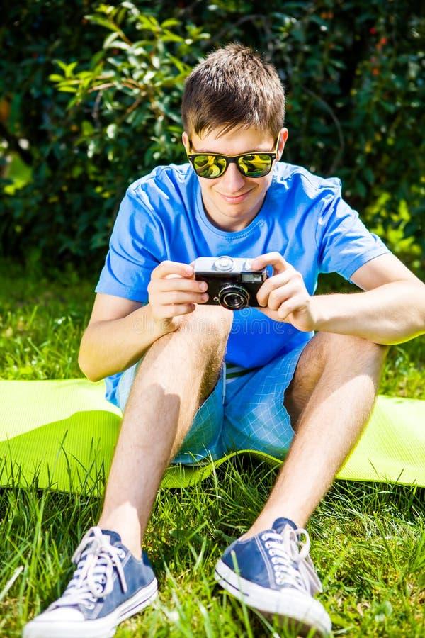 Hombre joven con una cámara foto de archivo libre de regalías