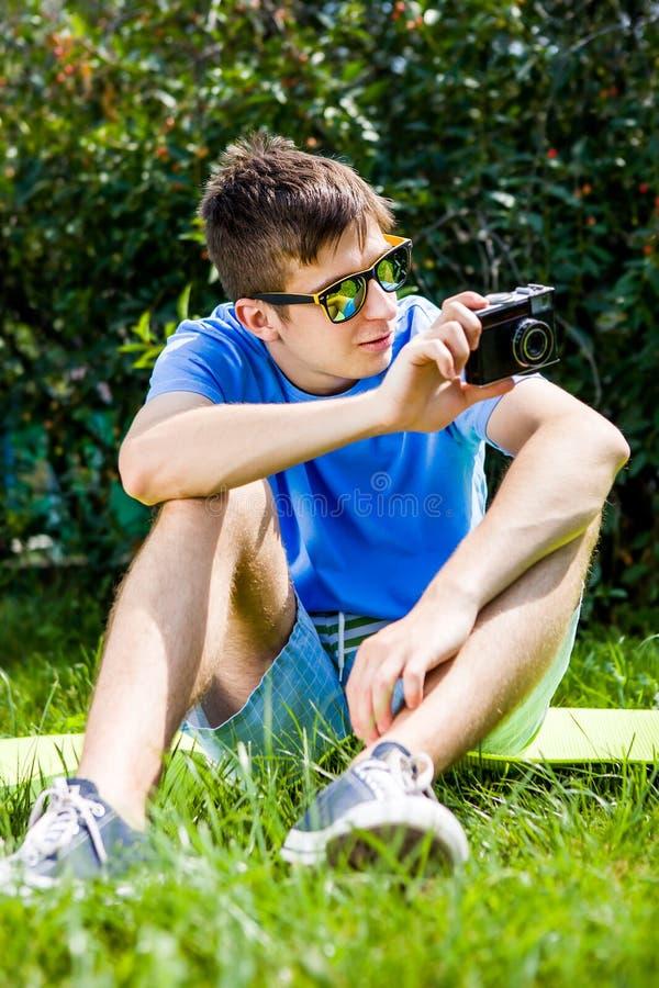 Hombre joven con una cámara imagen de archivo