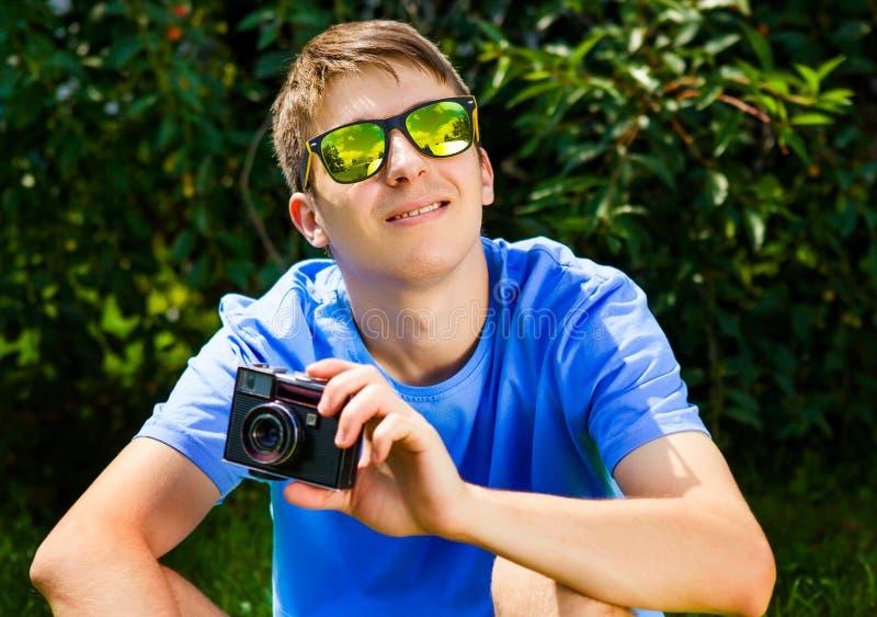 Hombre joven con una c?mara imagen de archivo