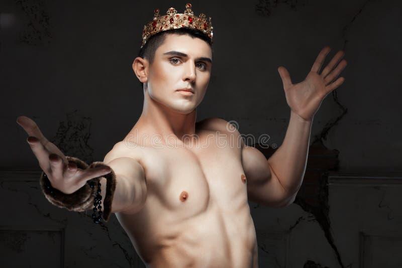 Hombre joven con una corona en su cabeza foto de archivo libre de regalías