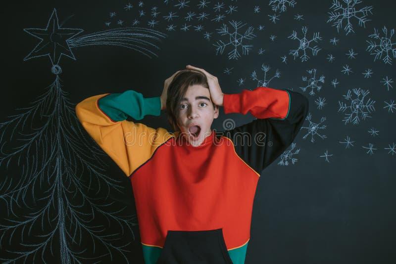 Hombre joven con una expresión de la sorpresa y de la Navidad imagenes de archivo