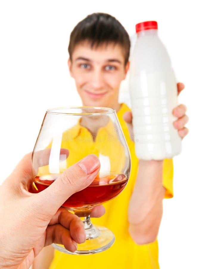 Hombre joven con una leche imagen de archivo