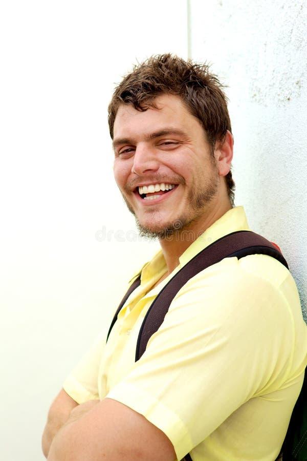 Hombre joven con una mochila fotografía de archivo