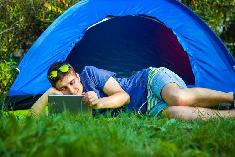 Hombre joven con una tableta foto de archivo