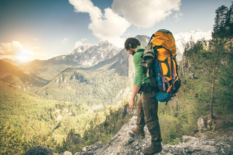 Hombre joven con viaje al aire libre relajante de la mochila foto de archivo