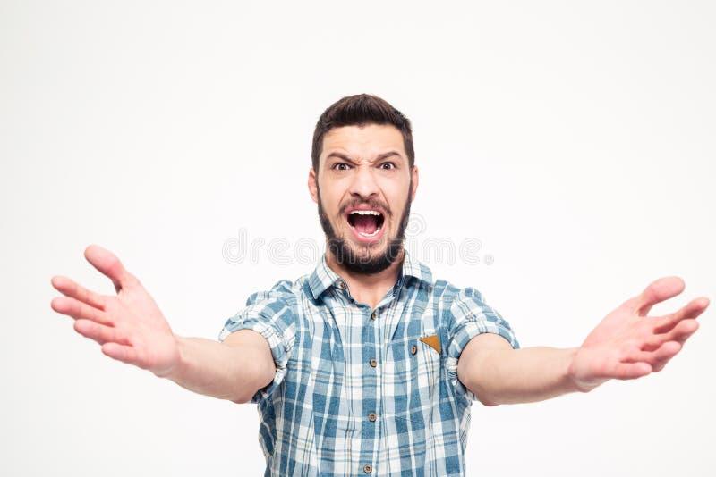 Hombre joven concentrado divertido con la barba que canta en alta voz fotografía de archivo
