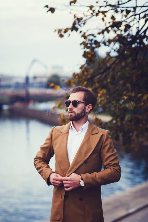 Hombre joven confiado en traje o capa fotografía de archivo libre de regalías