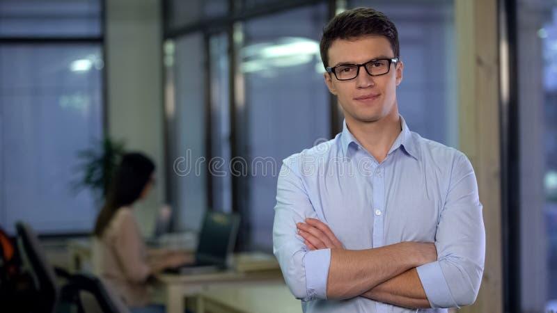 Hombre joven confiado que presenta en cámara, candidato para la vacante, trabajo independiente imagenes de archivo
