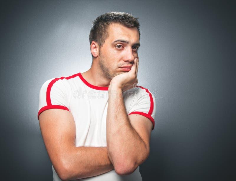 Hombre joven confuso foto de archivo