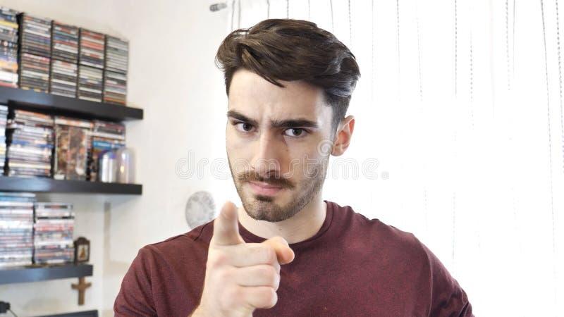 Hombre joven confuso o dudoso que mira para arriba foto de archivo