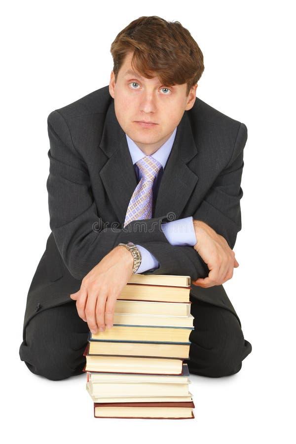 Hombre joven de la erudición con la pila de libros imagenes de archivo