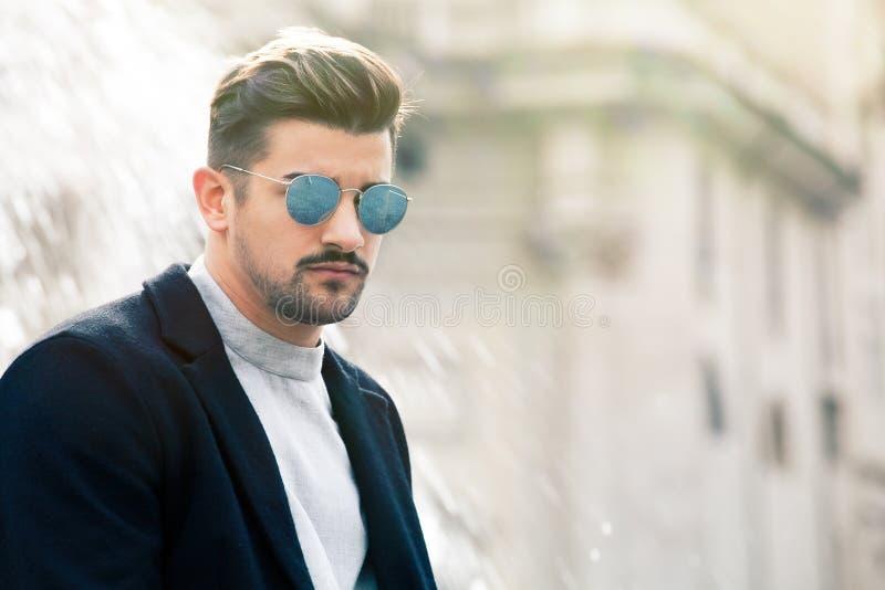 Hombre joven de la moda hermosa fresca Hombre con estilo con las gafas de sol imagenes de archivo