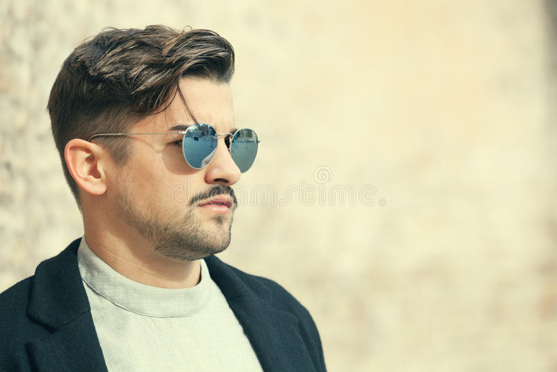 Hombre joven de la moda hermosa fresca Hombre con estilo con las gafas de sol imagen de archivo