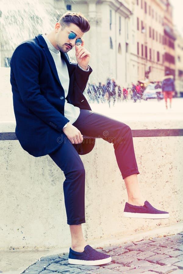 Hombre joven de la moda hermosa fresca Hombre elegante en la ciudad imagen de archivo