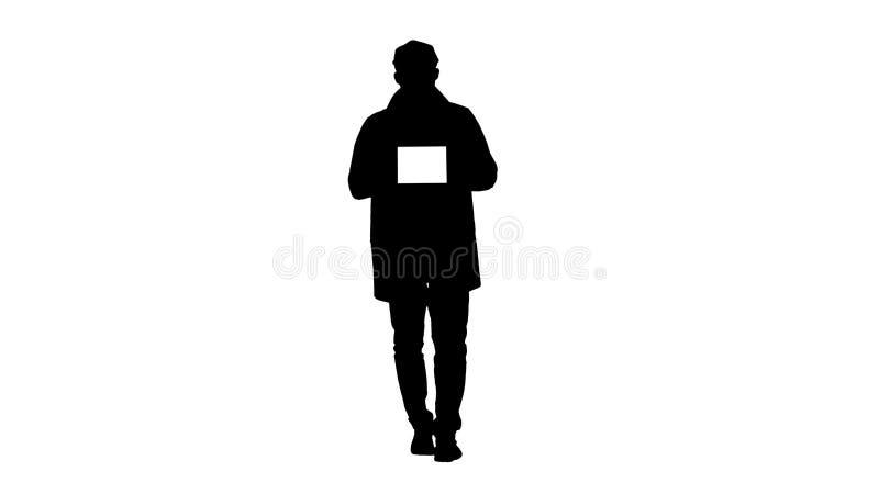 Hombre joven de la silueta que camina, hablando y mostrando la tableta digital con la maqueta blanca de la pantalla stock de ilustración