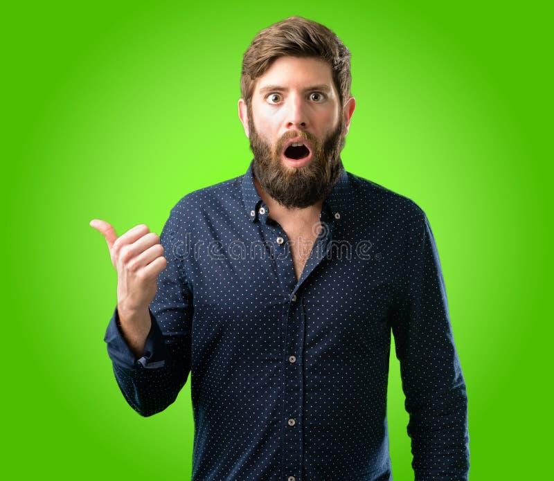 Hombre joven del inconformista con la barba y la camisa fotografía de archivo