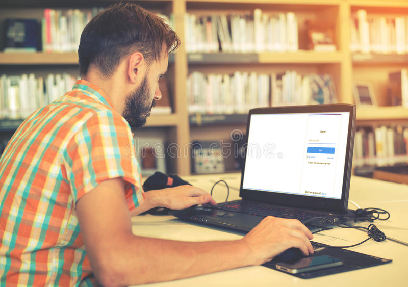 Hombre joven del inconformista del negocio que trabaja en su ordenador portátil foto de archivo libre de regalías