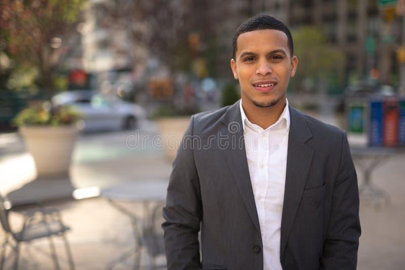 Hombre joven del Latino en cara de la sonrisa de la ciudad imágenes de archivo libres de regalías