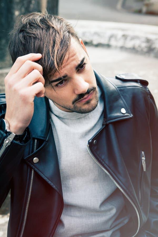 Hombre joven del peinado al aire libre Varón del pelo imagen de archivo